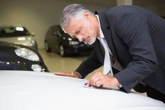 Skupiający się czyścić plamę z jego krawatem Zdjęcia Royalty Free