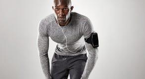 Skupiający się młody człowiek przygotowywający dla biegać Fotografia Royalty Free