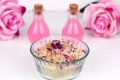 Skura med havet salta, aromoljor och rosa kronblad Fotografering för Bildbyråer