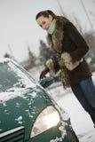 skurande vinterkvinna för bil Royaltyfri Foto