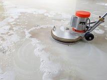 Skurborstemaskin för rengörande golv Arkivbilder