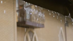 Skurkroll som regnar, vatten fr?n taket som ner tappar Regndroppar fr?n taket lager videofilmer