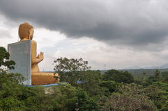 Skurkrollen fördunklar över den Dambulla templet Royaltyfri Fotografi