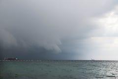 Skurkrollen fördunklar ovanför stranden för den stormThailand kohen LARN Arkivfoto