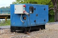 Skurkrollen inneslutade den industriella maktgeneratorn som lokaliserades bredvid floden som ger elstr?m till vattenpumpar som bo royaltyfria foton