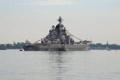 Skurkrollen kärn--drev kryssare` Peter den stora `en på den Kronstadt razzian på en molnig Juli dag Royaltyfria Foton