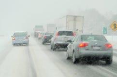 Körning i snowstorm royaltyfri foto