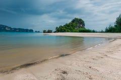 Skurkrollgrå färg fördunklar att svalla ovanför det lugna Andaman havet Royaltyfri Bild