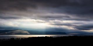 Storma över floden Royaltyfri Bild