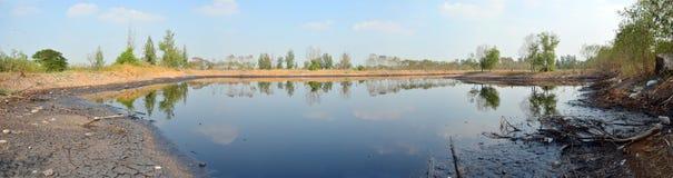 Skutki Środowiskowi od wody zanieczyszczającej z substancjami chemicznymi i olejem fotografia royalty free