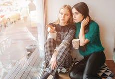Skvaller för två härligt unga kvinnor Arkivfoton