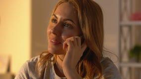 Skvallrar den talande telefonen för den gladlynta kvinnan, varm konversation med bästa vän, arkivfilmer