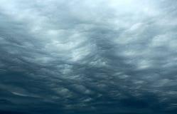 Skvalpa stormiga moln Royaltyfri Bild
