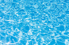Skvalpade blått bevattnar i simbassäng Arkivbilder