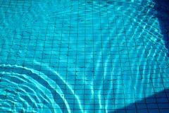 Skvalpar flödar nedersta caustics för simbassäng och med vågor Arkivbild