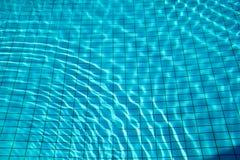 Skvalpar flödar nedersta caustics för simbassäng och med vågor Arkivfoto