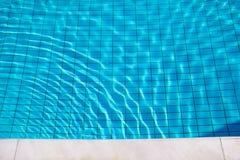 Skvalpar flödar nedersta caustics för simbassäng och med vågor Royaltyfri Bild