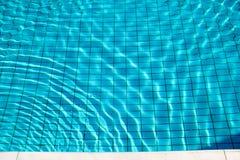 Skvalpar flödar nedersta caustics för simbassäng och med vågor Fotografering för Bildbyråer