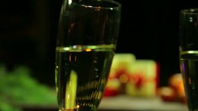 Skwierczeć gulgoczący szampańskich szkła uderza each inny przy bożych narodzeń, nowego roku świętowanie/ zdjęcie wideo