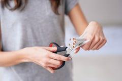 Skwitowany dymienie, opieki zdrowotnej poj?cie nie?ywy palenie zabronione Zakończenie w górę kobiety wręcza trzymać wiązkę papier obrazy stock