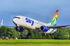 SKY AIRLINES B737-800 royaltyfri foto