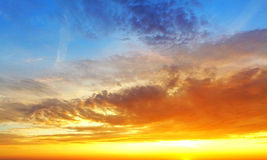 Sky with dramatic cloudy sunset and sun Royalty Free Stock Images