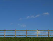 sky för bakgrundsstaketgräs Royaltyfri Foto