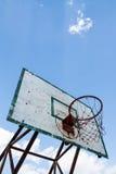 sky för blått beslag för basket utomhus- Arkivfoton