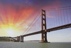 sky för dramatisk port för bro guld- over Arkivbilder