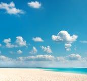 sky för ferie för bakgrundsstrand tropisk blå Arkivbild
