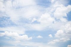 Sky with fluffy white clouds Royalty Free Stock Photos