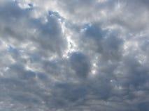 Sky with giants cumulonimbus clouds and sun rays through Royalty Free Stock Photos