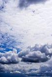 Sky med stormoklarheter Arkivbilder
