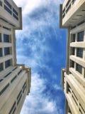 Sky mellan byggnader royaltyfri foto