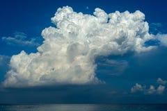 Sky mycket av moln Arkivfoto