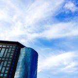 Sky och byggnad Arkivbild