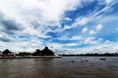 Sky och flod Arkivfoto