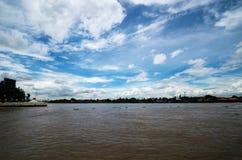 Sky och flod Royaltyfri Fotografi
