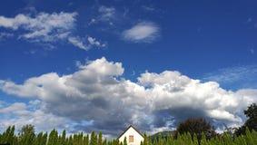 Sky och hus Royaltyfri Bild