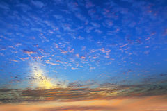 Sky och moln (Cumulusmolnet) Arkivbild