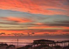 Sky och oklarheter över kust för fiskepirNC Royaltyfria Foton