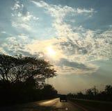 Sky och väg arkivfoto