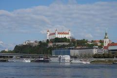 sky slovakian tre för sidan för taket för den dynamiska lampan för flaggan för det bratislava slottet towers gammal föreställd ny Arkivfoto