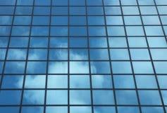 Sky som reflekterar i fönster av kontorsbyggnad royaltyfria foton