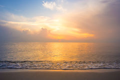 Sky, sunrise and waves at the beach Royalty Free Stock Photos
