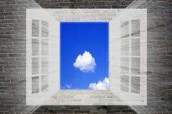 sky till fönstret Arkivfoto