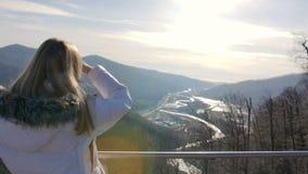 Skybridge观察台 山的妇女enjoing的阳光和风景视图 影视素材