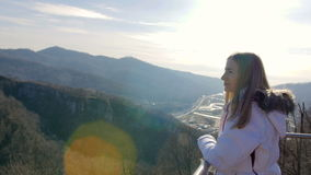 Skybridge observationsdäck Enjoing solljus- och landskapsikt för kvinna av bergen stock video