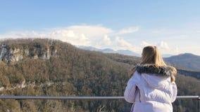 Skybridge observationsdäck Enjoing solljus- och landskapsikt för kvinna av bergen arkivfilmer