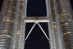 Skybridge Petronas bliźniacze wieże przy nocą Zdjęcie Stock